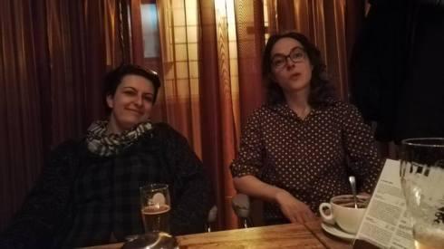 Tanja (left) und Katrin (flötet in Lied und Video!) Beim Feierabendbier/Schoki nach einem wunderbaren Drehtag!:)
